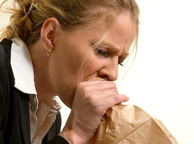 девушка дышит в пакет при дыхательном неврозе