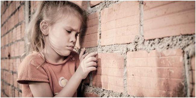 маленькая девочка переживает