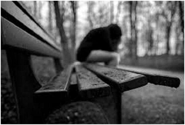 подросток на скамейке