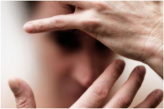 женщина закрывается руками