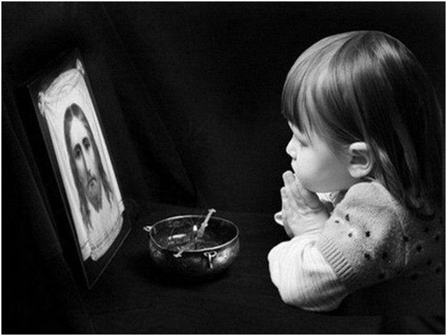 девочка перед иконой