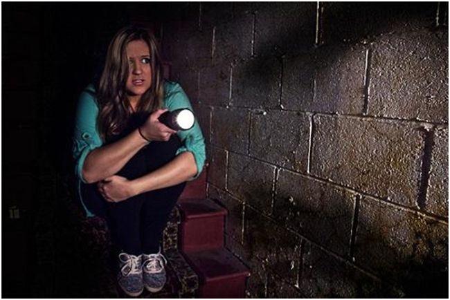 девушка боящаяся темноты с фонарем