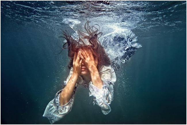 девушка под водой с закрытыми глазами