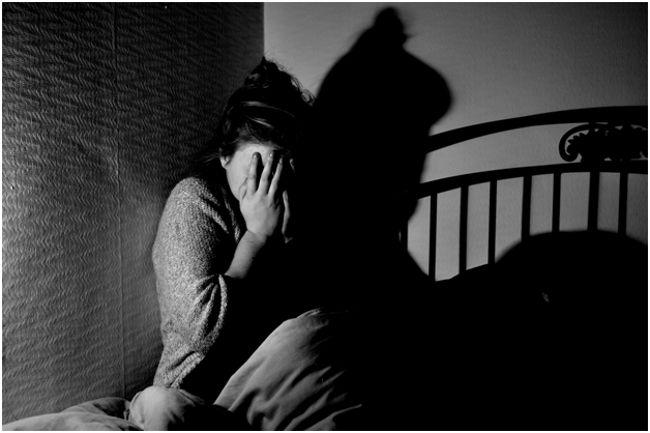 испуганная девушка на кровати