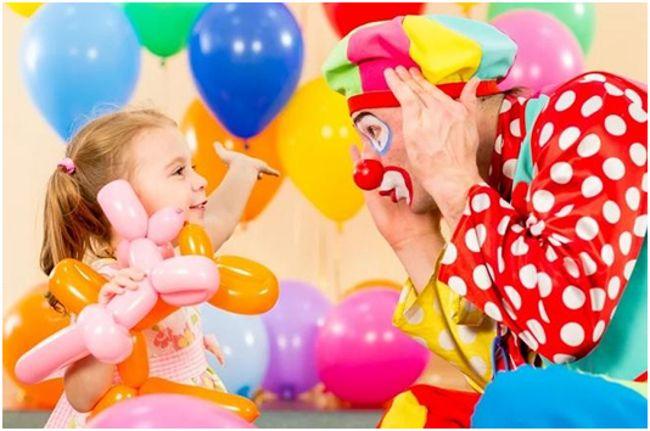клоун играет с ребенком