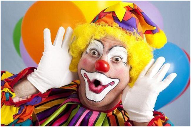 клоун с желтыми волосами
