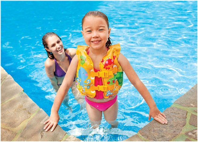 мама и ребенок в бассейне