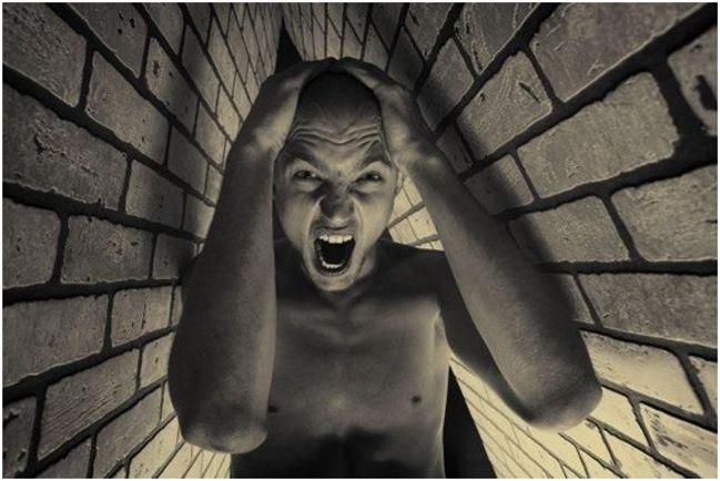 мужчина боится замкнутого пространства