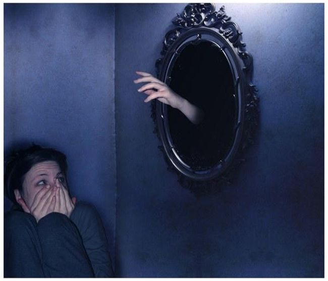 рука из зеркала