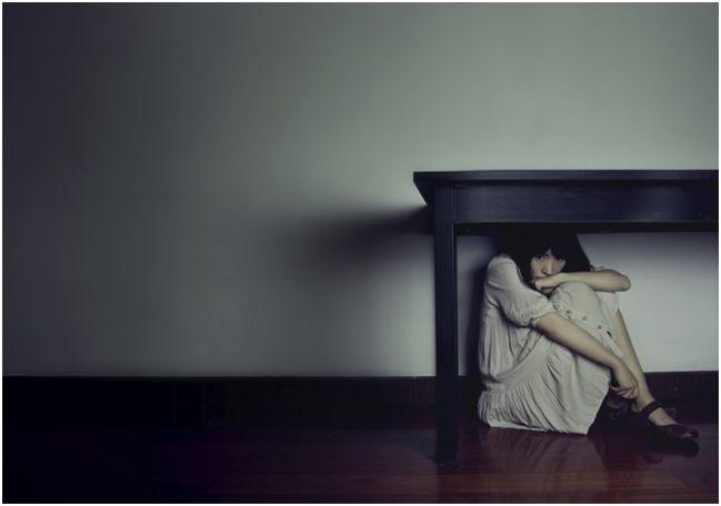девушка под столом