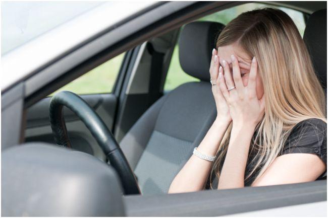 девушка, страдающая страхом вождения