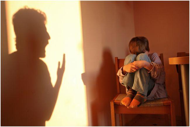 испуганный от крика родителей ребенок