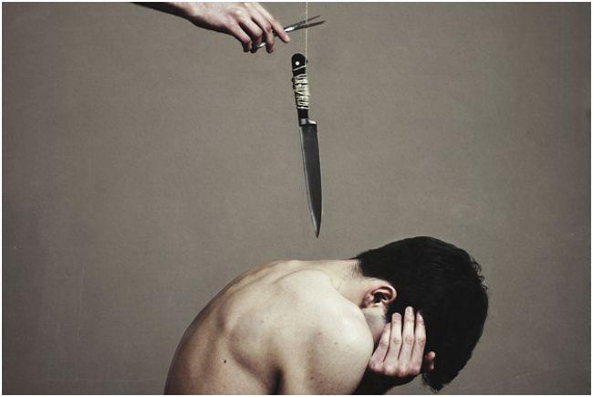 нож над спиной