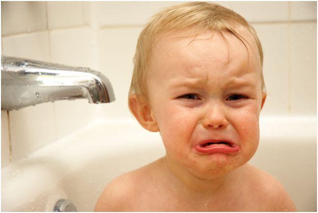 плачущий мальчик в ванне