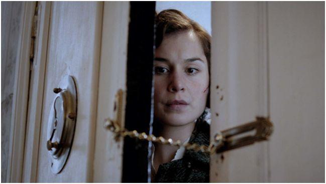 женщина боящаяся выйти из квартиры