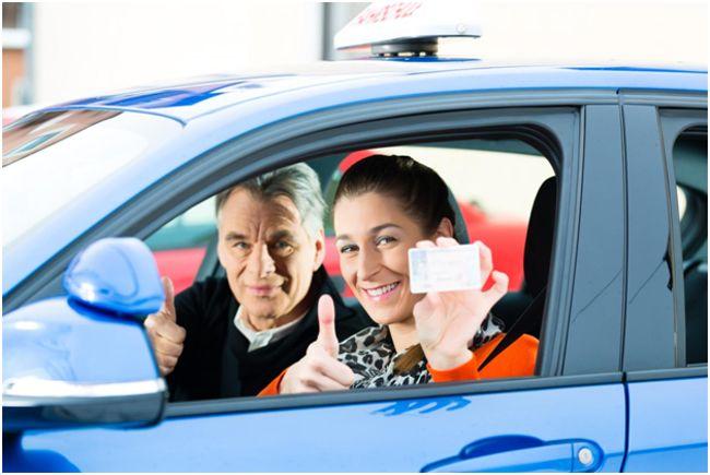 женщина с водительскими правами