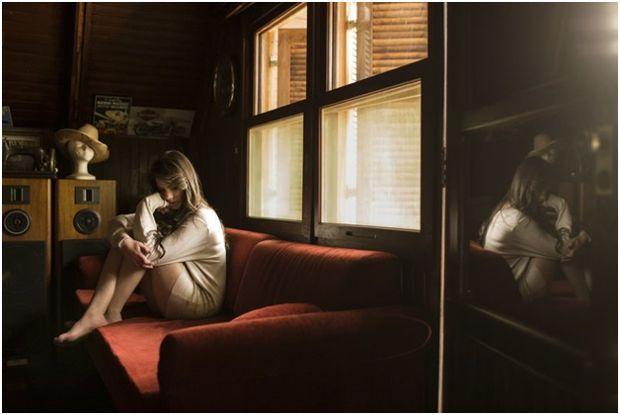девушка одна дома