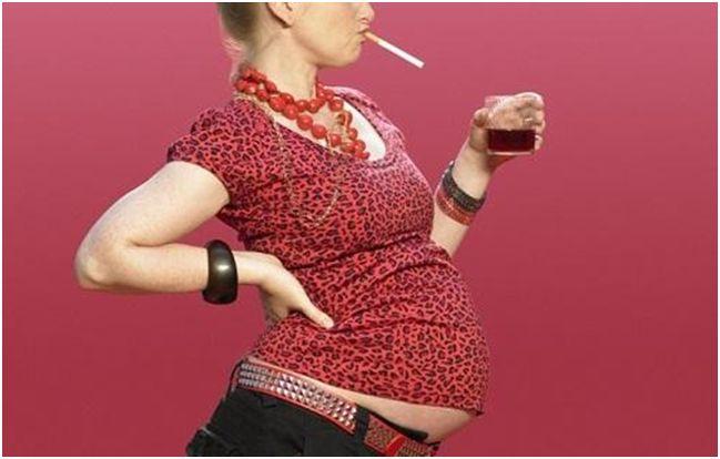 курящая беременная женщина