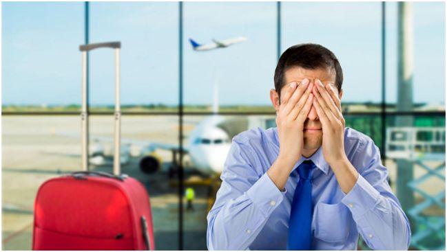 мужчина с закрытыми глазами в аэропорту