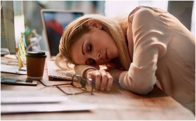 девушка, уснувшая за столом