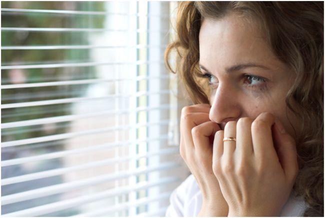 напуганная женщина у окна