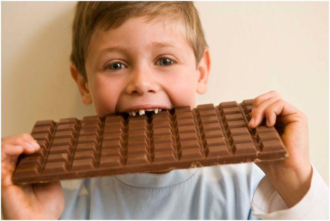 ребенок и шоколадка