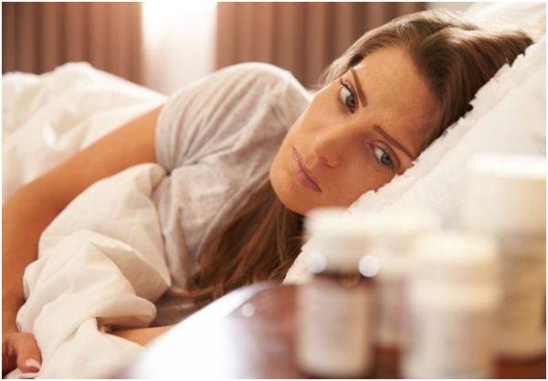 болеющая девушка в кровати