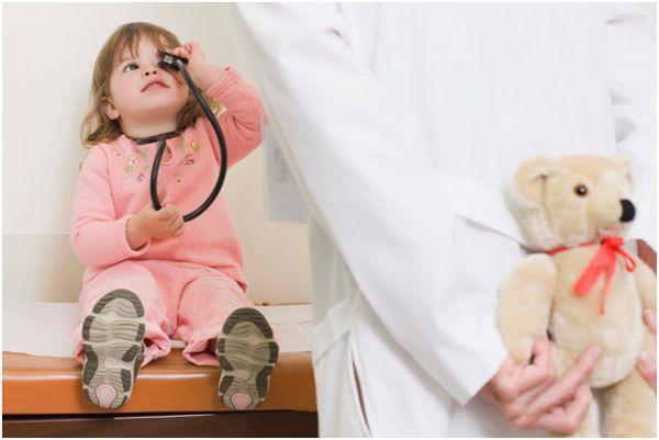 маленькая девочка и доктор