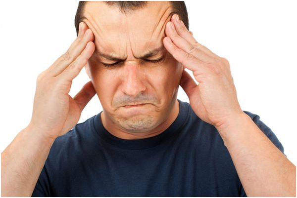 мужчина с головной болью
