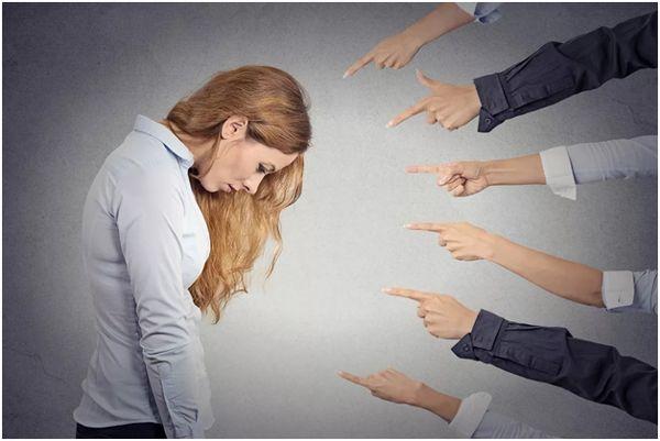 на девушку все тыкают пальцами