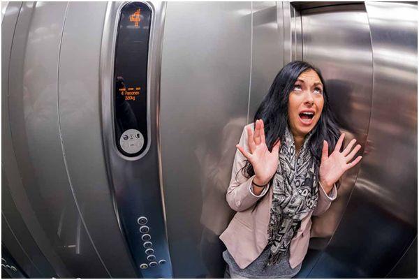 паника у девушки в лифте