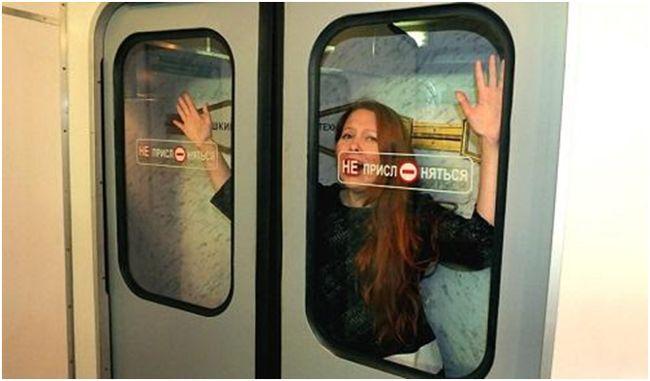 женщина в дверях метро