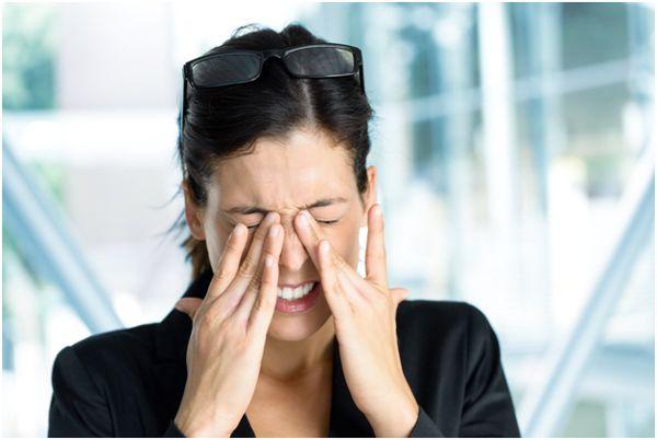 женщина закрывающая глаза руками