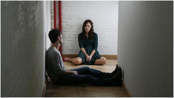 девушка и парень в коридоре